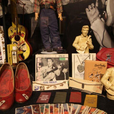 Pamiątki fanów Elvisa w Graceland.