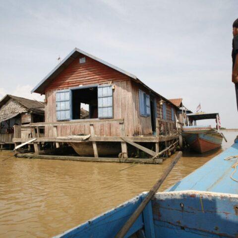 Dom zbudowany na wodzie na jeziorze Tonle Sap, Kambodża