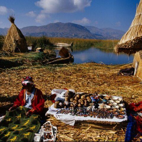 Domy zbudowane z trzciny na wyspie na jeziorze Titicaca, Peru