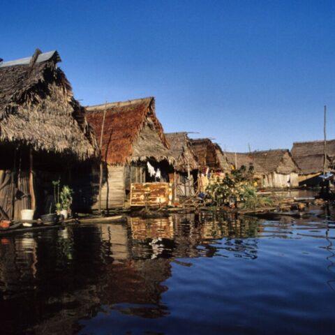 Chaty zbudowane na wodzie na Amazonce w Peru.